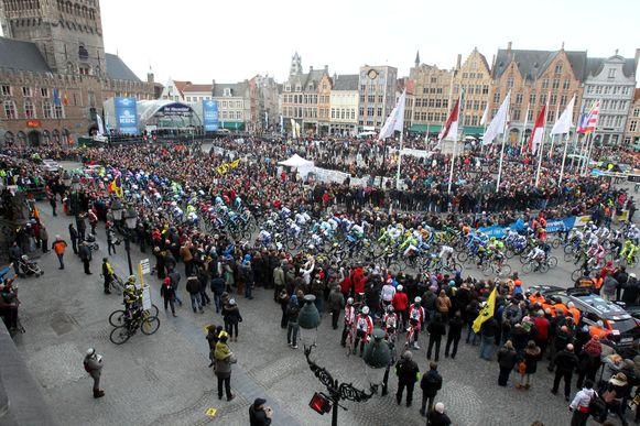 Een mensenmassa tijdens de start van de Ronde van Vlaanderen. Brugge heeft een nieuw topwielerevenement weten te strikken.