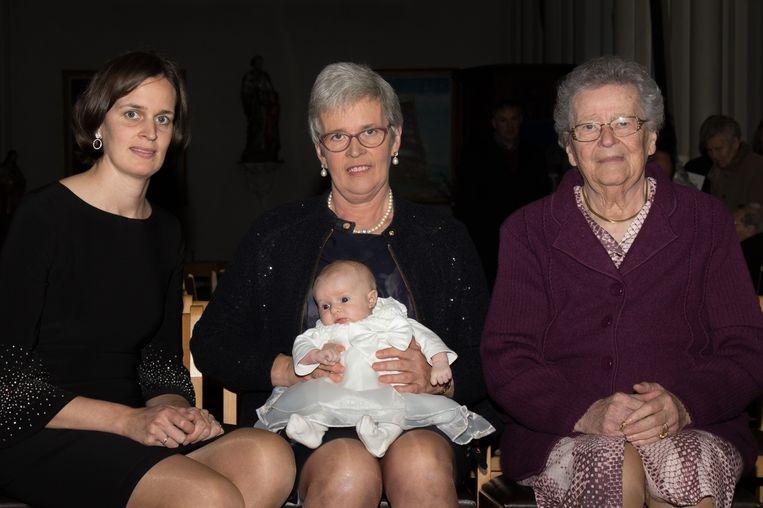 Alixe Vergote samen met haar mama, grootmoeder en overgrootmoeder.