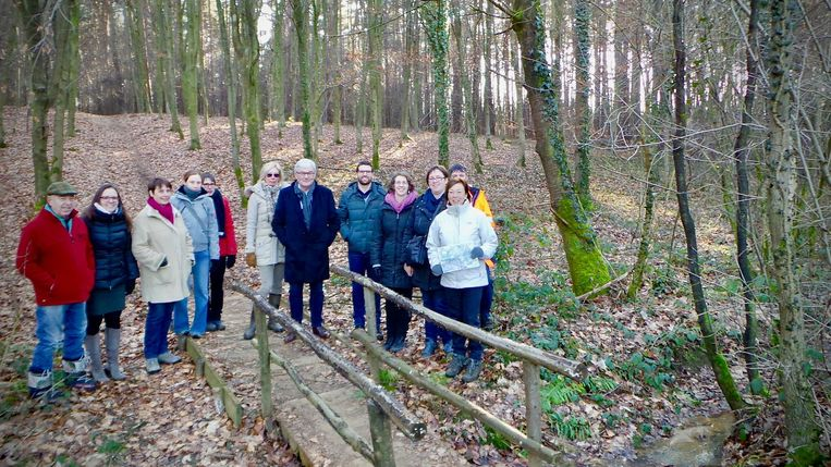De bewoners brachten enkele specialisten en burgemeester André Peeters naar het Kloesbos om te onderzoeken of een bufferbekken soelaas kan brengen.