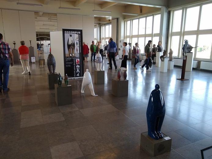 Keramisten uit binnen- en buitenland stellen hun werk tentoon in de Vismijn.