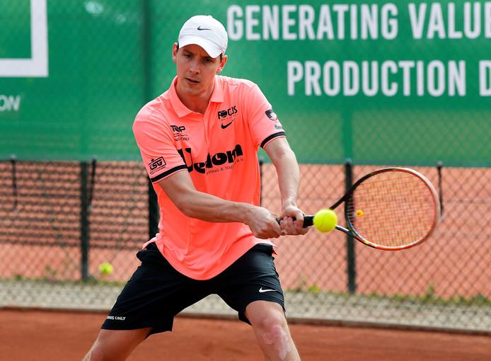 Justin Eleveld begint dinsdagavond aan zijn eerste partij tijdens het Future-tennistoernooi van Oldenzaal.