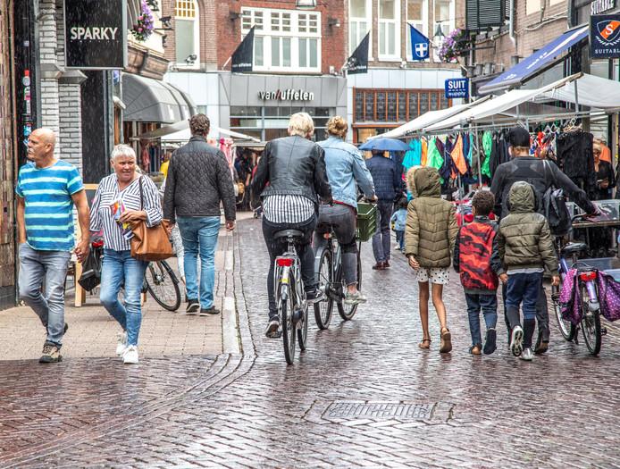 Drukte in de Luttekestraat, waar fietsers en voetgangers elkaar volgens de gemeenteraad steeds meer in de weg zitten.