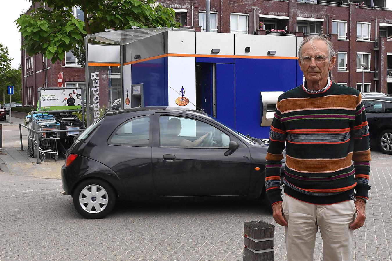 Ton Theunissen bij de tijdelijke pinautomaat op het Maldense Noordplein. De angst voor een overval met explosieven is groot.