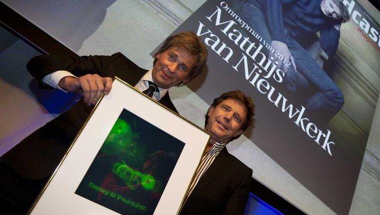 Matthijs van Nieuwkerk is door mediavakblad Broadcast Magazine uitgeroepen tot omroepman van het jaar 2012 in de Ziggo Dome. Hij kreeg de prijs uitgereikt door zijn voorganger Talpa-baas John de Mol. Beeld anp