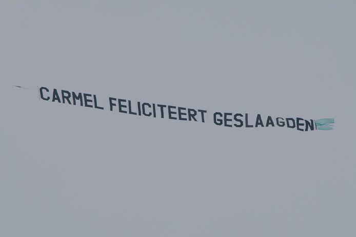 Het Carmel College feliciteert de geslaagden vanuit de lucht.