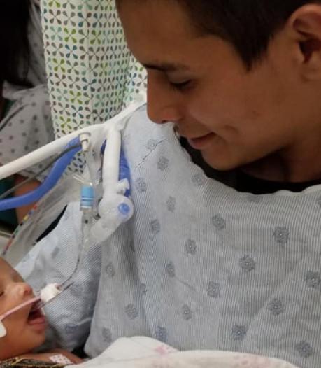 Kindje uit baarmoeder van vermoorde tiener Chicago levend in vaders armen