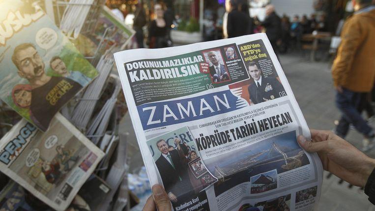 Op de voorpagina van de Zaman stonden vanochtend twee verhalen over president Erdogan. Beeld epa