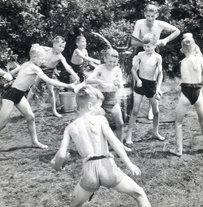 Een zomerse activiteit van buurthuis De Schakel in de jaren 50.