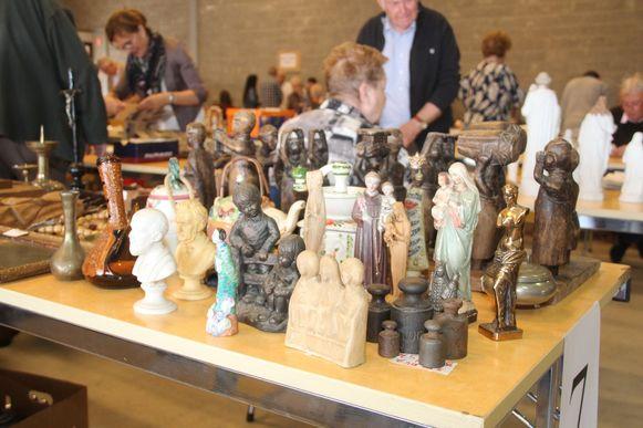 Verzamelaars van devotionalia vonden heel wat leuks tijdens de beurs zaal De Bron in Lede.