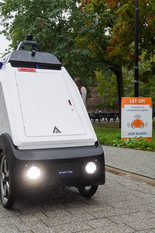 Op de campus zijn borden geplaatst om voetgangers en fietsers attent te maken op de zelfrijdende bezorgrobot.