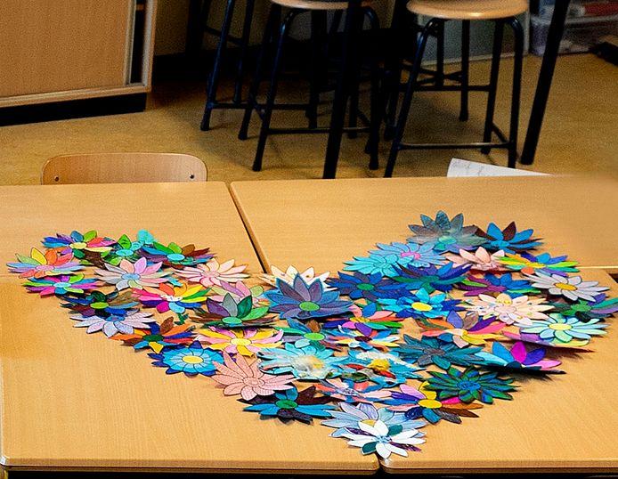 Bloemen die kinderen van basisschool De Dassenburcht hebben gemaakt voor hun overleden juf.