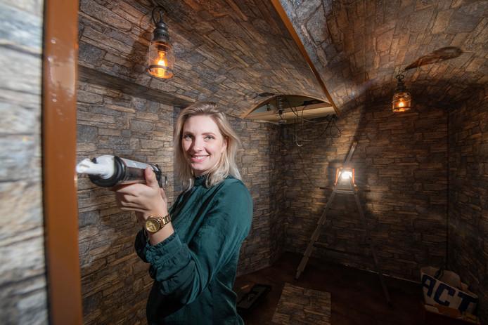 Eigenaresse Marlouk Nijman legt de laatste hand aan de eerste wijn-escaperoom van Nederland.