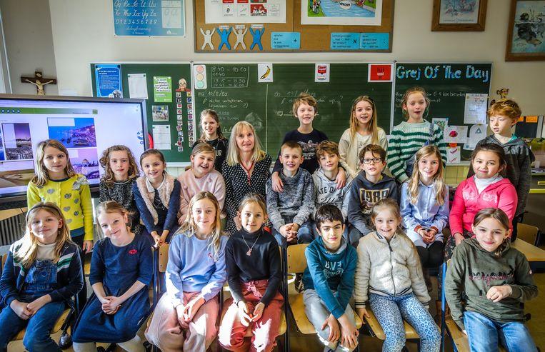 Oma Hilde is dolenthousiast op haar klasje. Haar kleindochter Olivia staat achteraan naast het meisje met de groene streepjestrui.