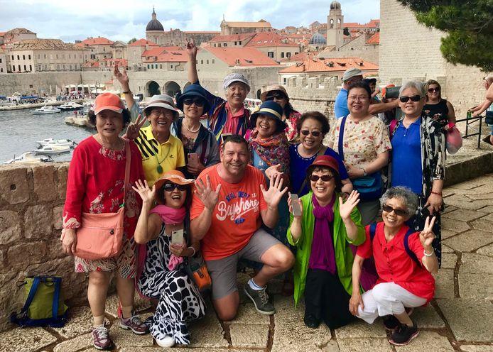 """""""Tijdens onze vakantie in Dubrovnik wilden kleine Chineesjes met een grote man op de foto"""", schreef Theo Aalten"""