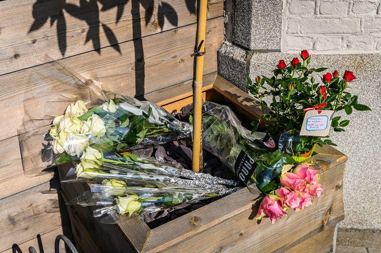 Verschillende mensen kwamen bloemen leggen op de plaats waar het drama zich afspeelde.