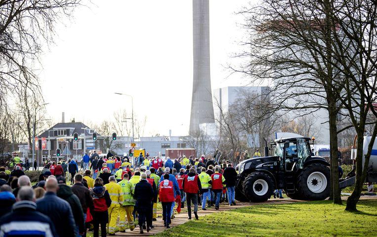 Honderden leden van FNV Metaal lopen terug naar hun werk na een actiebijeenkomst op 10 december tegen de aangekondigde bezuinigingen van Tata Steel in IJmuiden.  Beeld ANP