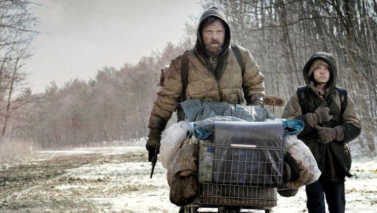 Viggo Mortensen (links) en Kodi Smit-McPhee in The Road. Beeld X