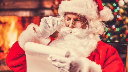 Kerstman op bezoek tussen de marktkramen