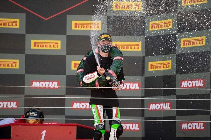 Jeffrey Buis spuit met de champagne als wereldkampioen in de Supersport 300-klasse.
