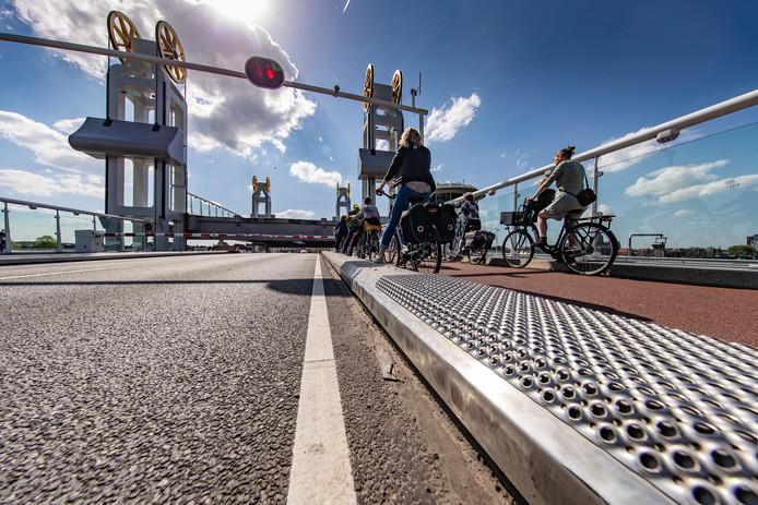 Dat de ribbelplaten op onlogische plekken liggen komt omdat het werk nog niet af is, zegt de gemeente Kampen nu. Het was even stilgelegd om na te kunnen denken over het project.