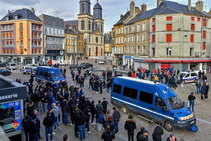 SC Bastia-supporters in de straten van het Noord-Franse Sedan na de massale vechtpartij met de Nederlanders voorafgaand aan het tweede divisie-treffen tussen Sedan en Bastia.