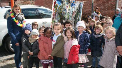 Leerlingen Duizendvoet tonen kunstwerkjes in stadscentrum