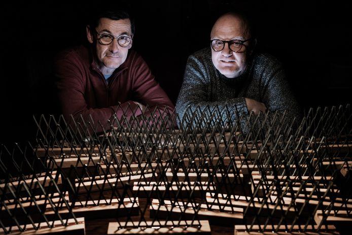 Chris van de Ven (links) en Tjerk-Jan Luitse met hun herinneringen aan het IJzeren Gordijn.