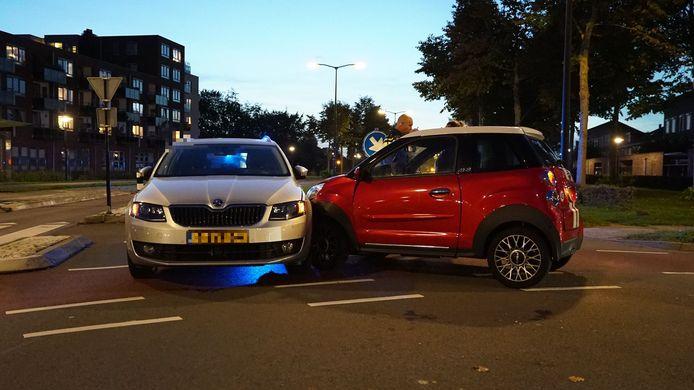 De rode auto botste op een andere wagen nadat de bestuurder onwel werd.