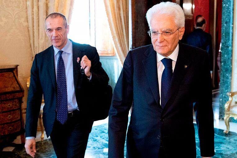 Links Carlo Cottarelli, de beoogde tijdelijke premier, met president Sergio Matterella. Beeld AFP