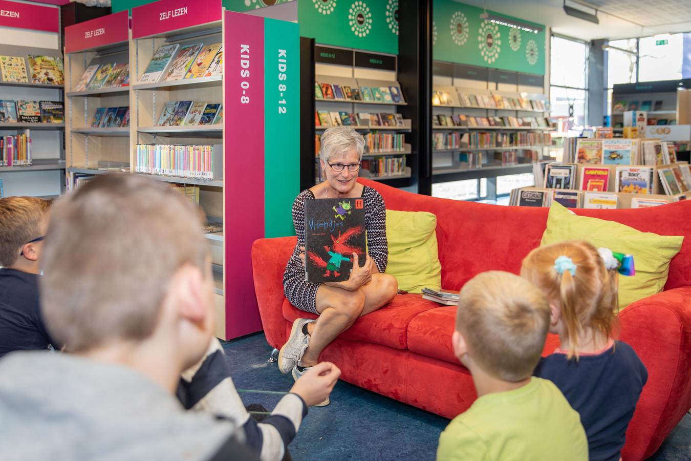 Directeur Jannie van Vugt van Bibliotheek Oosterschelde leest voor in de bieb van Heinkenszand.