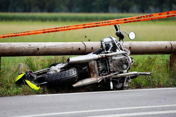 De motor van de verongelukte man uit Gennep tegen de vangrails van de N272 bij Oploo.