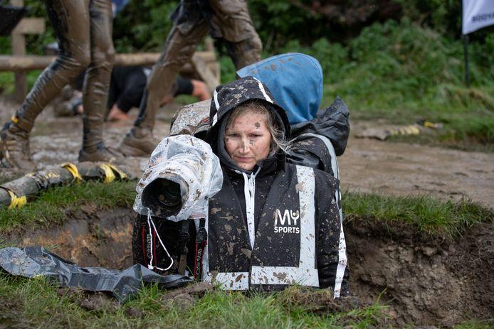 Ook deze fotografe ontkwam niet aan de blubber.