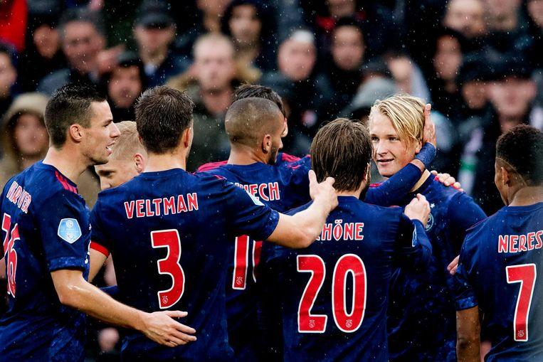 Ajax-spelers vieren de overwinning in de Kuip, afgelopen weekend. Beeld anp