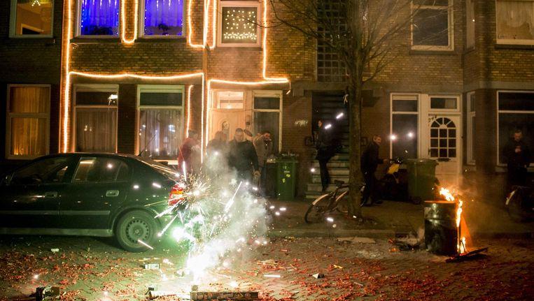 Mensen steken vuurwerk af tijdens oudejaarsavond in de Haagse Schilderswijk Beeld anp