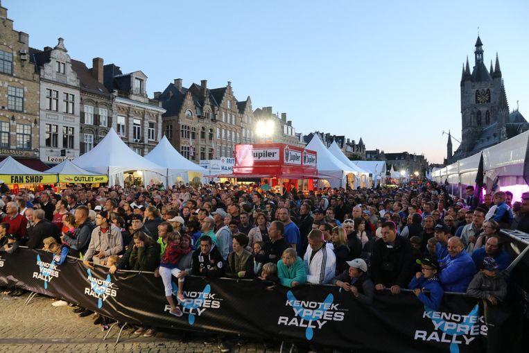 Op de Grote Markt is veel volk samengekomen voor de aankomst van de wedstrijd.