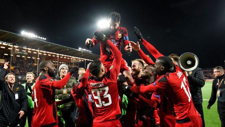 Spelers van Östersunds FK gooien aanvoerder Brwa Nouri in de lucht Beeld epa