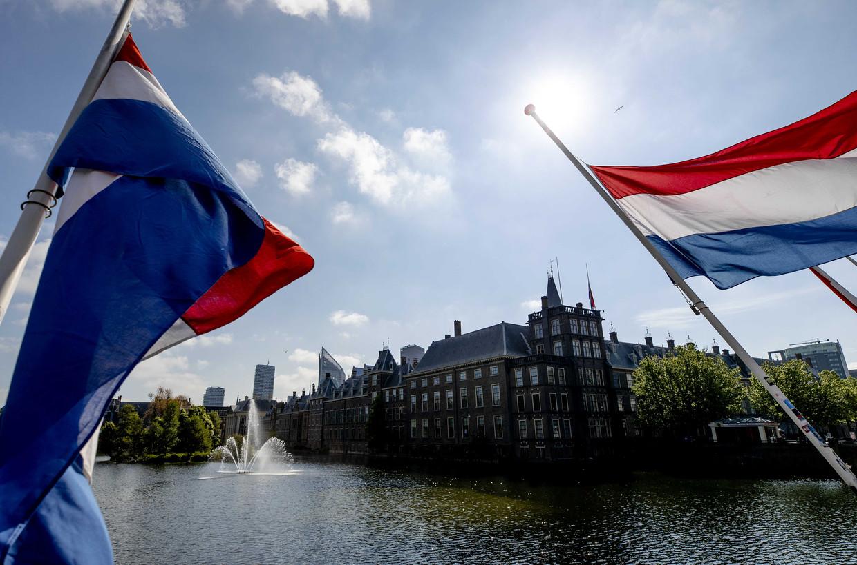 Vlaggen hangen halfstok op het Binnenhof.