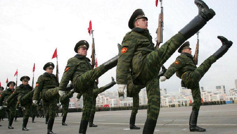 Russische soldaten oefenen voor een parade. Beeld afp