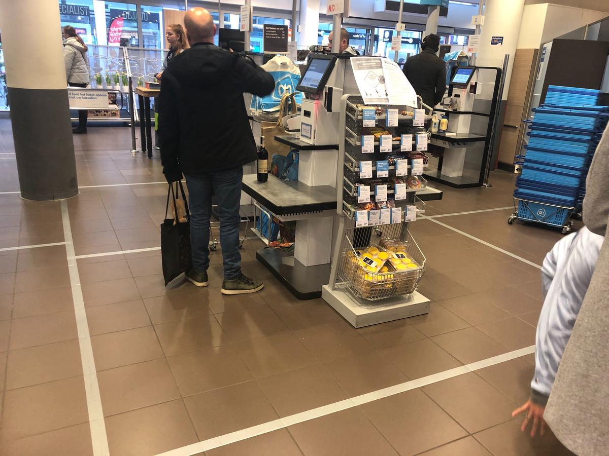 In de Albert Heijn op het Achterom moet tape voorkomen dat klanten te dicht bij elkaar komen.