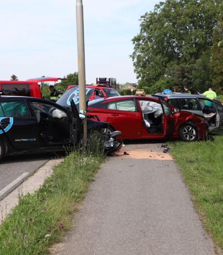 Drie auto's betrokken bij ongeval bij Buren, rijschoolhouder naar ziekenhuis