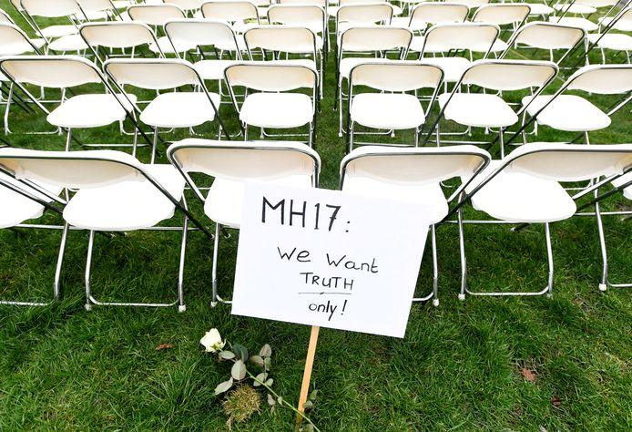 Een protest voor de Russische ambassade in Den Haag, in maart dit jaar. MH17-nabestaanden zetten er 298 lege stoelen neer.
