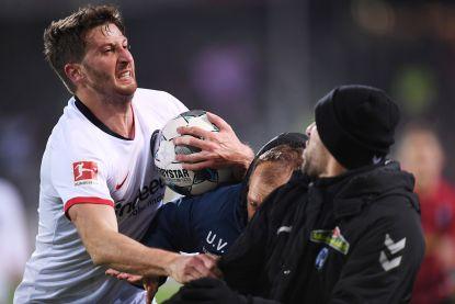 Hommeles in de Bundesliga: Frankfurt-speler loopt coach tegenstander omver waarna stevige vechtpartij uitbreekt