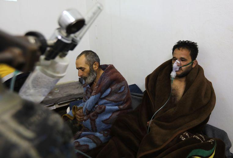 Slachtoffers van wat een aanval met chemische wapens zou zijn in Saraqib. Beeld AFP