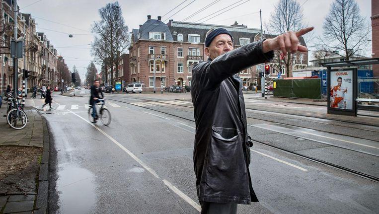 Actievoerder Rem Koolhaas wijst op de gevaren die de herinrichting van de De Lairessestraat schept. Beeld Jean-Pierre Jans