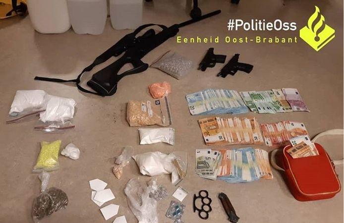 In Oss trof de politie heel wat verboden spullen aan.