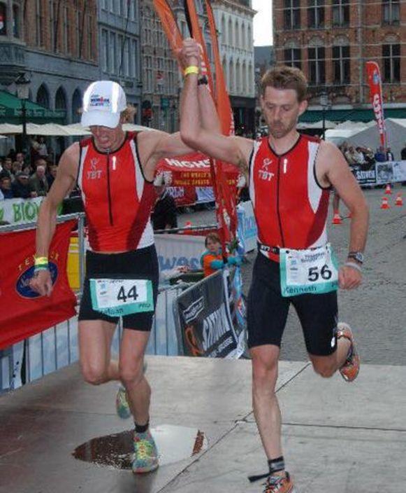 Tijdens de Brugse triatlon van 2010 komen Kenneth Neyt (r) en Stefaan Lanszweert hand in hand over de finish.