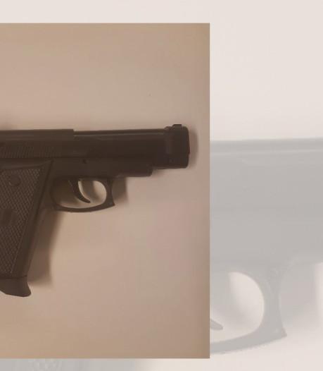 Agenten richten wapen op jongens in auto in Wezep, maar pistool in dashboard is nep