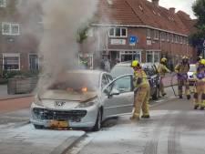 Auto vliegt in brand door kortsluiting