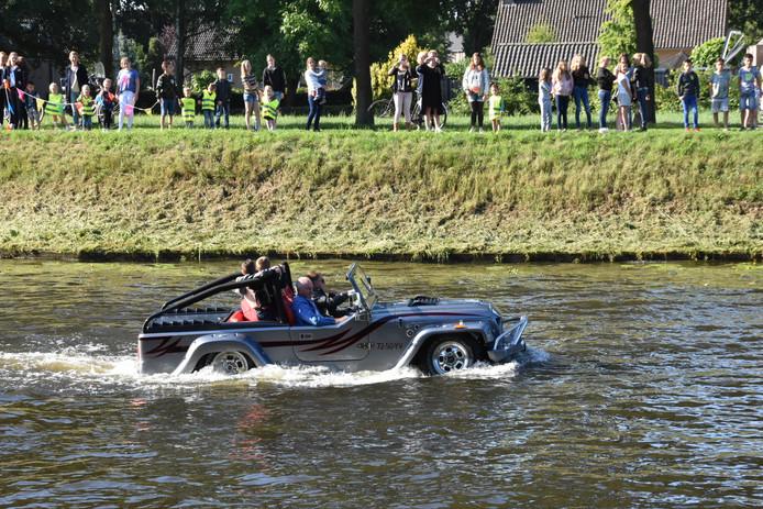 Meester Wim ging op zijn laatste werkdag per autoboot naar school.