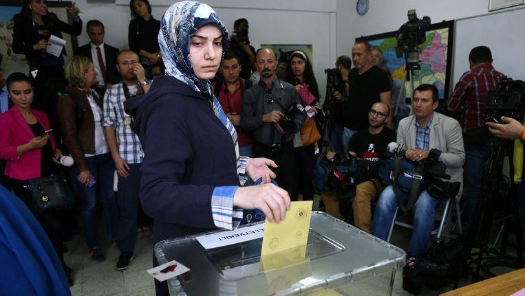 Een Turkse vrouw stemt in Ankara Beeld afp